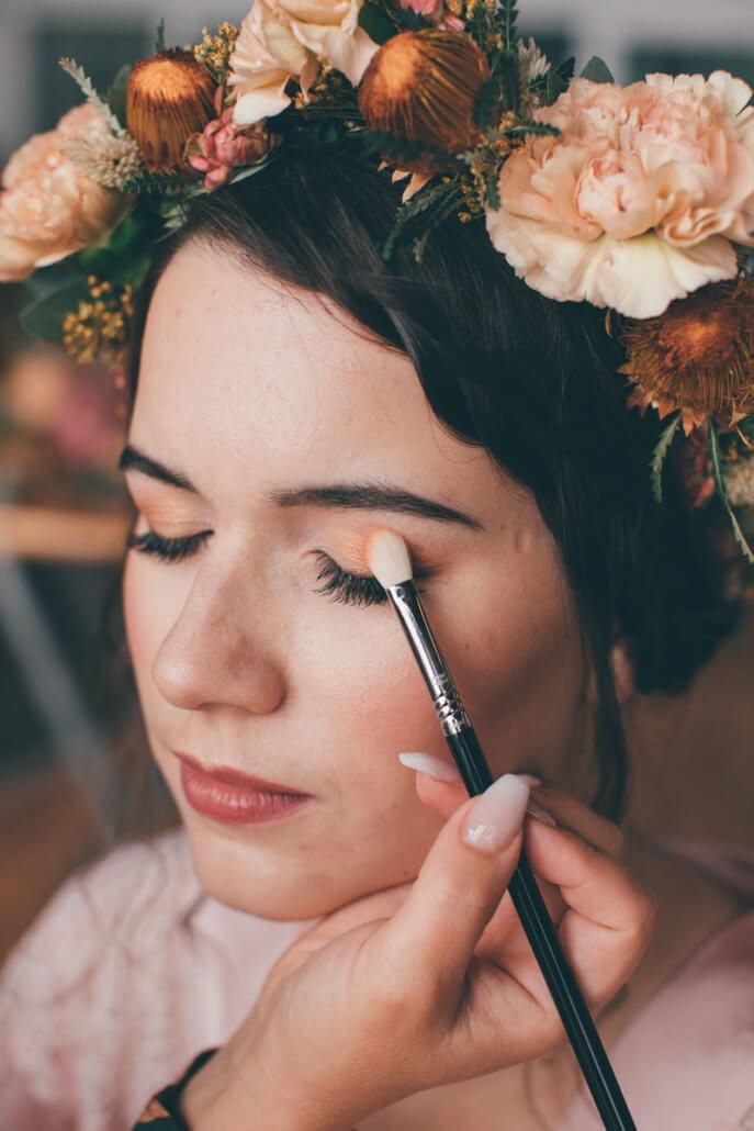 Boho-Hochzeit Getting Ready der Braut MakeUp