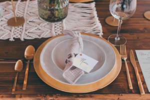 Tischdeko mit goldenen Platzteller, 2 Speisetellern und goldenem Besteck