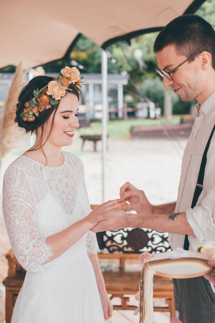 Ringtausch bei freier Trauung einer Boho-Hochzeit am See