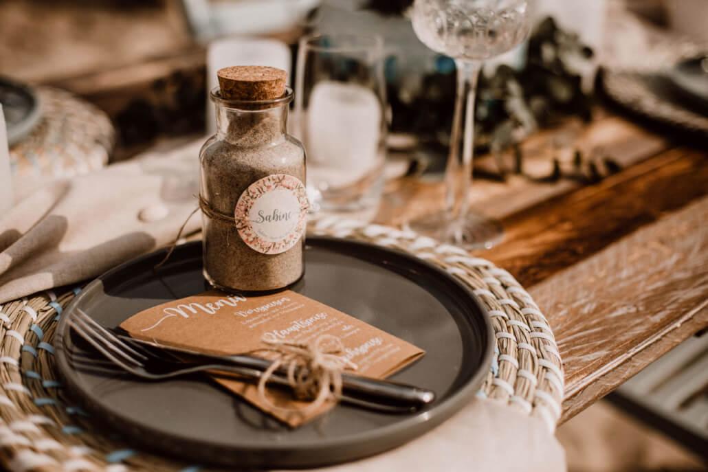 Tischdeko mit Menükarte Kraftpapier und Gastgeschenk für eine Strandhochzeit
