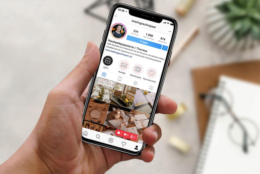 Frau hält iPhone mit Instagram