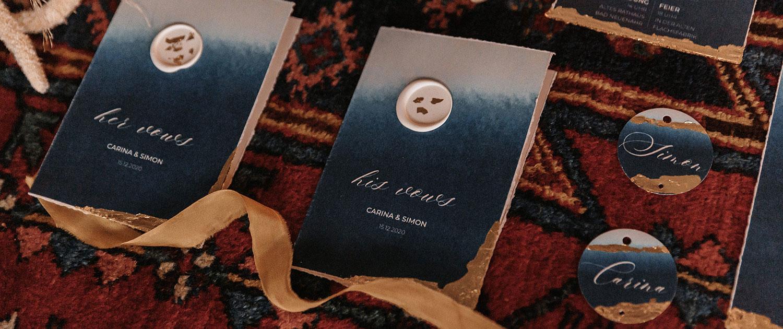 Flatlay des Eheversprechens in Indigo Blau mit Blattgold und Siegelstempel