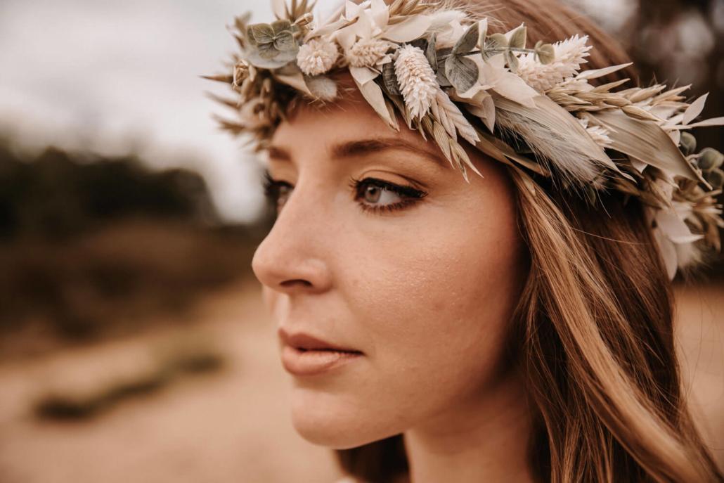 Boho Braut-Makeup mit offenen Haaren und Haarkranz aus Trockenblumen