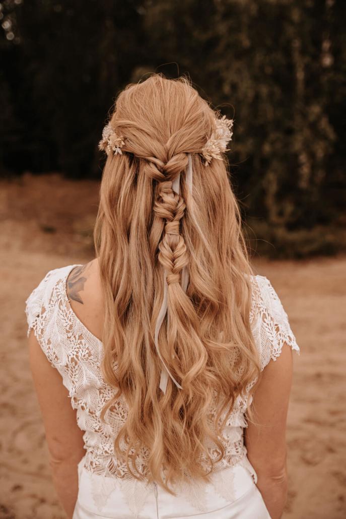 Boho Brautfrisur Halboffen und geflochten mit Haarkranz aus Trockenblumen