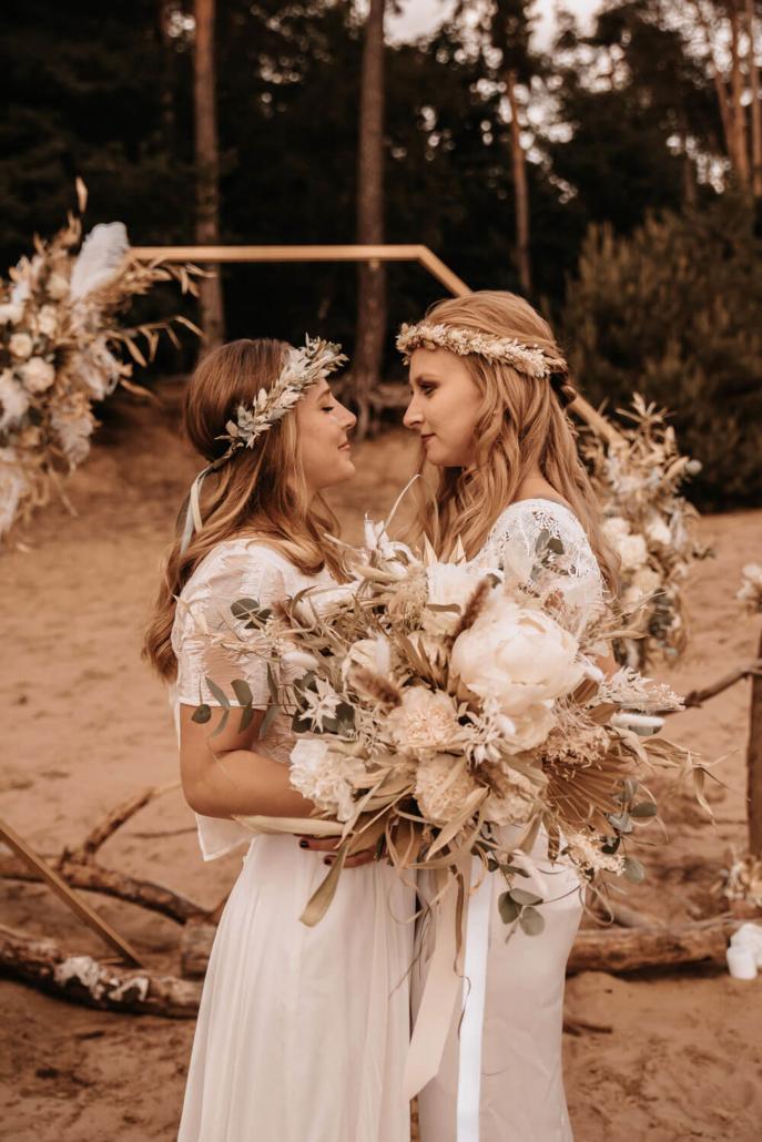 Brautpaarshooting Boho im Sand einer gleichgeschlechtlichen Hochzeit