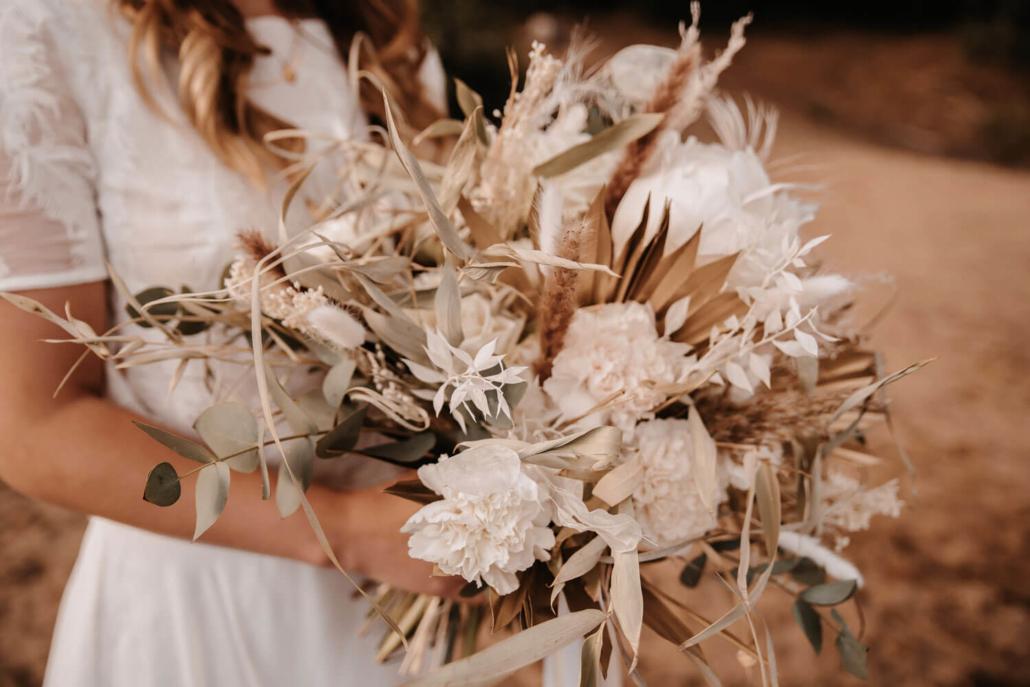 Brautstrauß Boho aus Trockenblumen und Nelken
