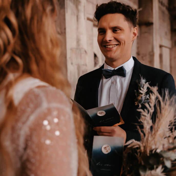 Bräutigam spricht Eheversprechen bei der freien Trauung