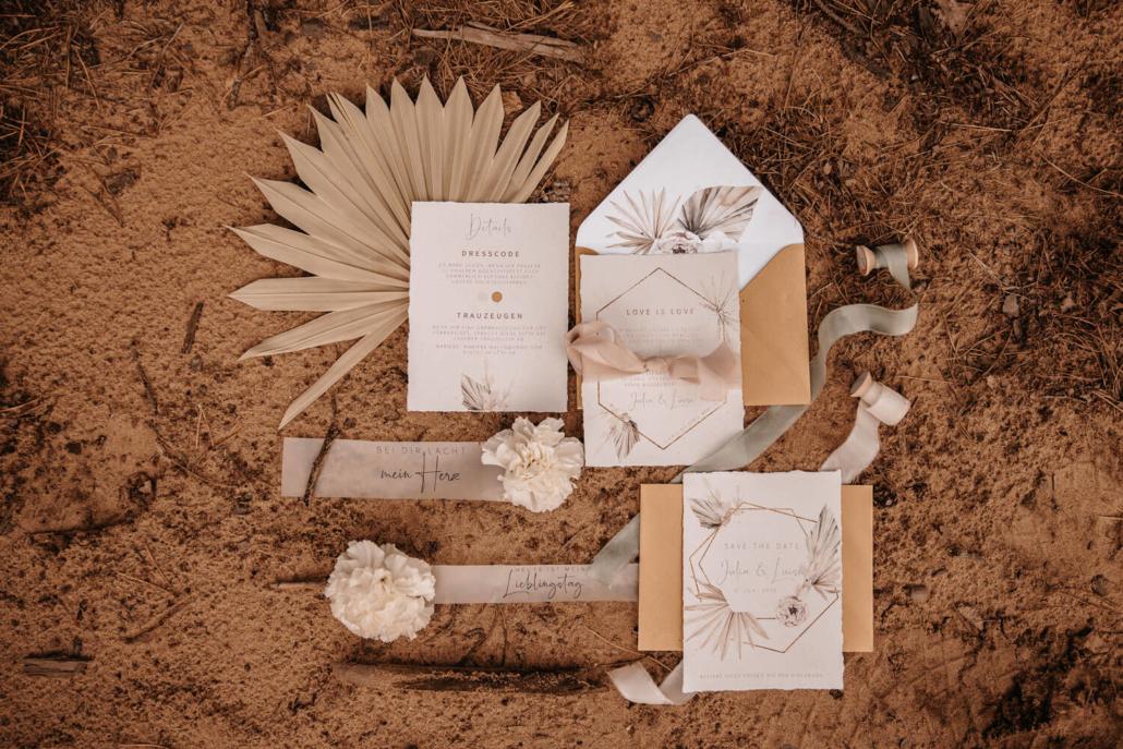 Flatlay Hochzeitspapeterie Boho Glam mit Seidenbändern