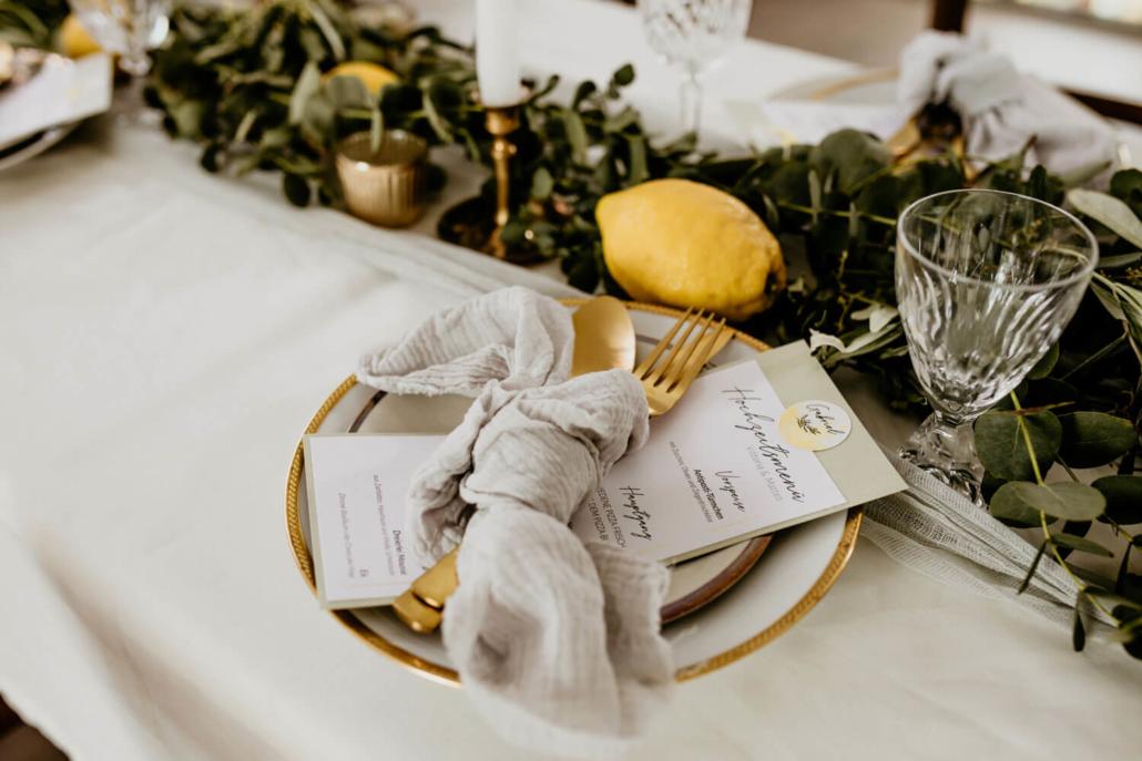 Menükarte auf Teller einer italienischen Hochzeit