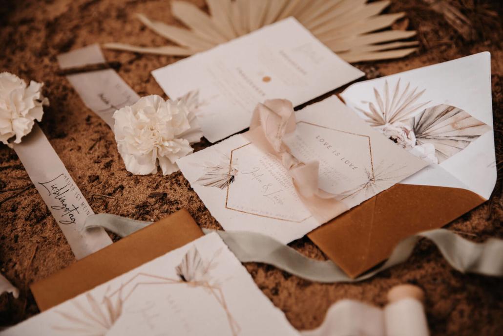 Details der Hochzeitspapeterie. Hochzeitseinladung Boho und Seidenband