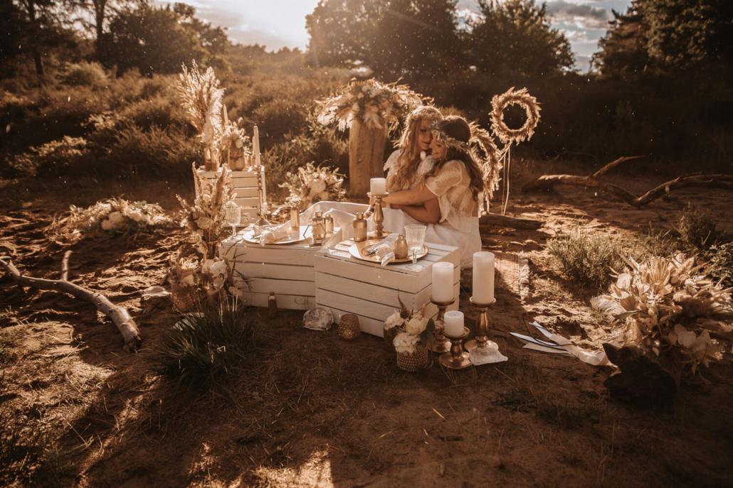 Boho-Hochzeit Picknick in der Heide mit zwei Bräuten